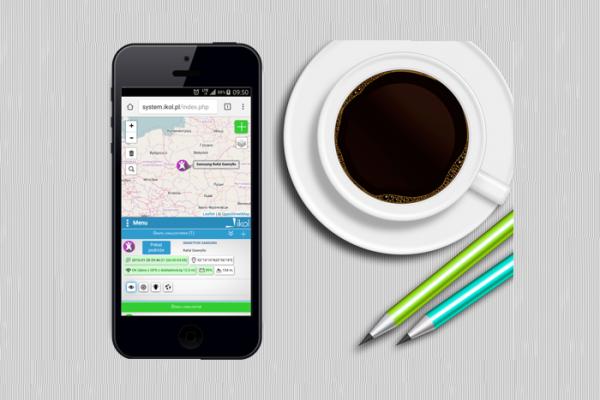 telefon i filiżanka kawy