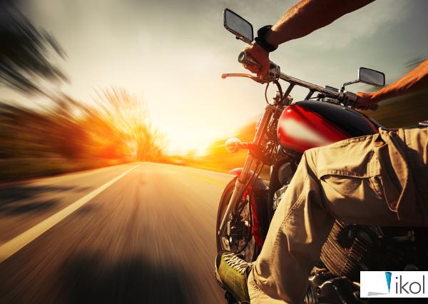 Motocyklista na trasie
