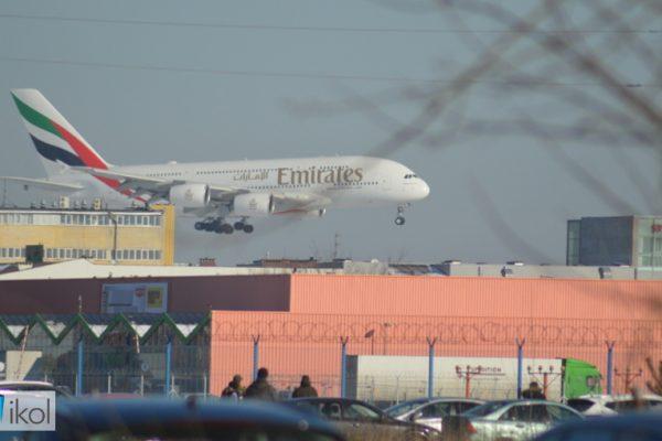 Aribus A380 ląduje na Lotnisku Chopina